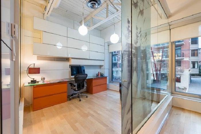 Промышленный стиль в оформлении домашнего офиса со стеклянными стенами - красивое и креативное решение одновременно.
