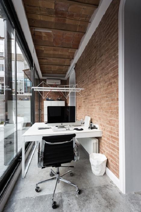 Практичное и необычное решение создать домашний офис на лоджии сэкономит общее пространство полезной площади.