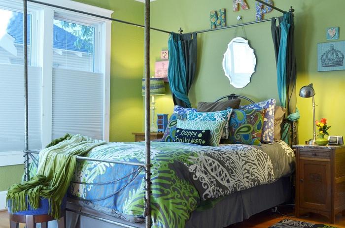 Яркая спальня в зеленых тонах с дополнением бирюзы.