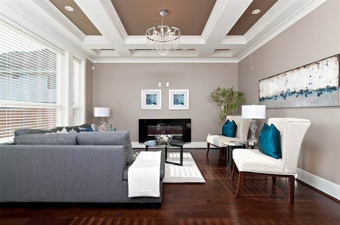 Нежная комната в бежевых тонах с коричневыми и серыми оттенками.