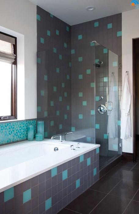 Серая ванная комната с бирюзовыми вкраплениями на сером кафеле.