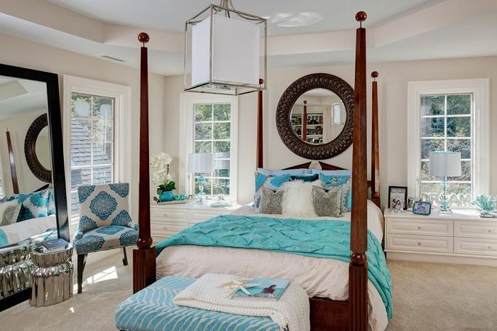 Симпатичная спальня в светлых тонах с бирюзовыми акцентами.