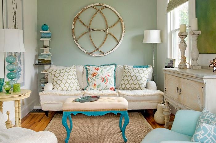 Милый интерьер гостиной комнаты с бирюзовыми тонами в интерьере.