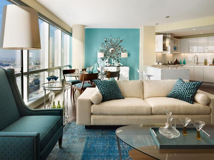 Симпатичный интерьер гостиной в бежевых тонах с фрагментами бирюзы.
