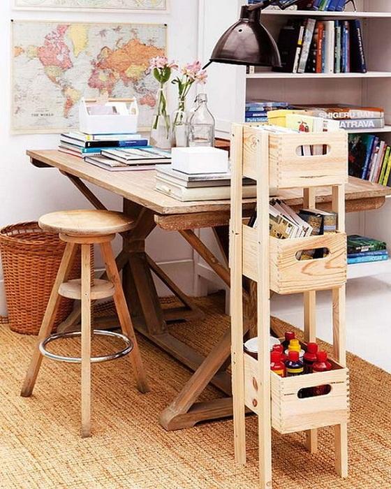 Уютная и комфортная обстановка создана благодаря деревянным мотивам в которых обустроена комната.