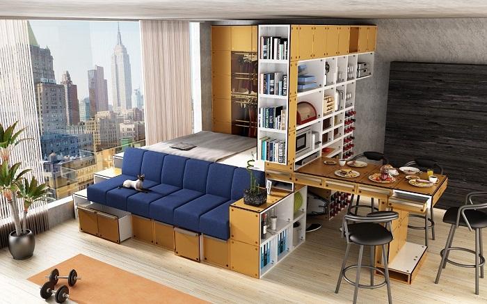 Очень интересная обстановка в комнате создана благодаря очень стильному синему дивану с нишами внизу.