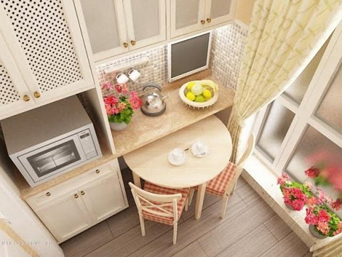 Оптимизация пространства на кухне создана благодаря очень интересному столу необычной формы.