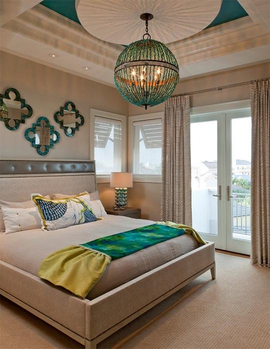 Прекрасная спальня в бирюзовых тонах и с нежными кремовыми оттенками.