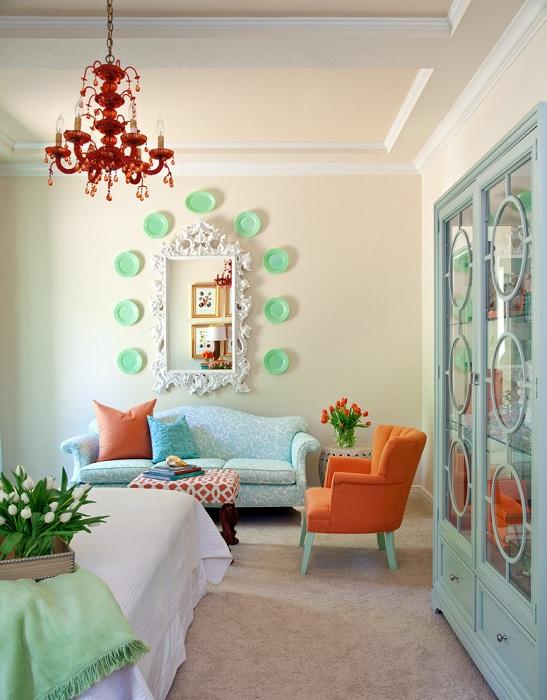 Интерьер комнаты оформлен в нежных тонах с яркими мотивами.