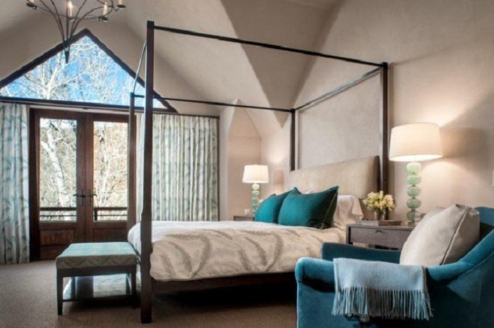 Нежные тона спальной комнаты дополнены бирюзовыми элементами интерьера.