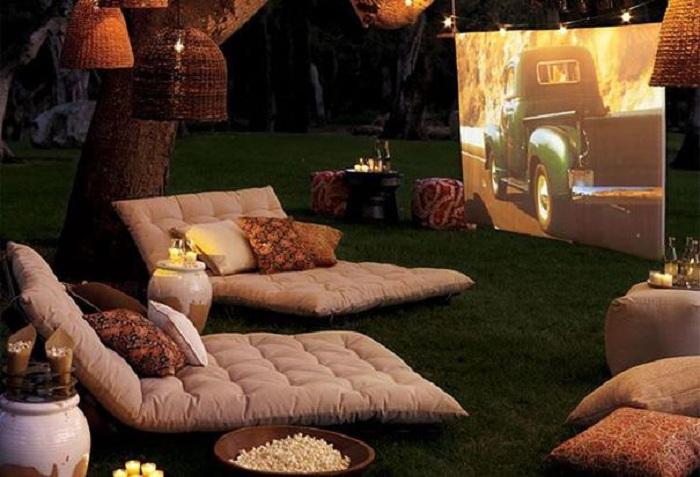 Около дома на природе возможно организовать удачный кинозал, что понравится однозначно.