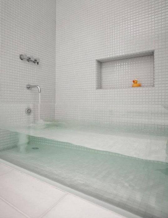 Крутое решение обустроить ванную комнату при помощи прозрачной ванной, что выглядит необыкновенно.