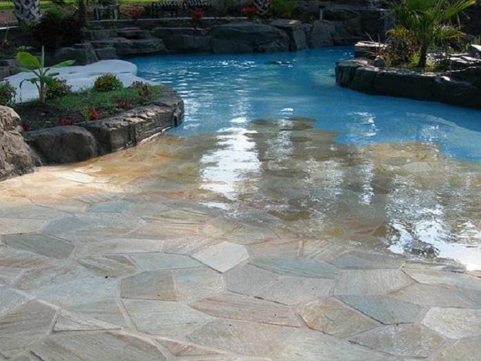 Один из самых лучших вариантов оформления бассейна, который станет просто находкой и прекрасным украшением любого двора.