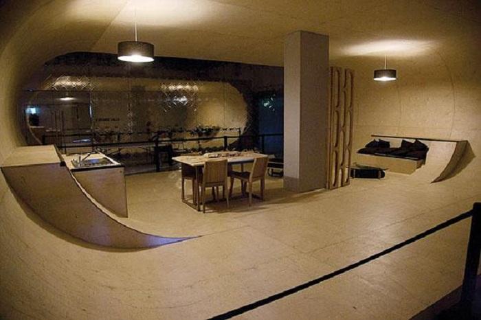 Крутое решение для оформления пространства дома при помощи скейтпарка, что выглядит очень необычно.
