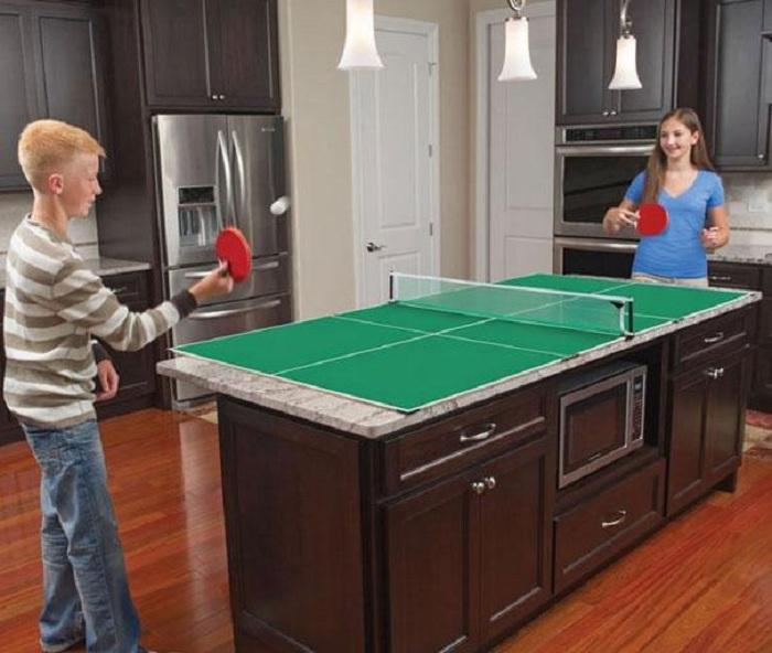 Симпатичное оформления кухонного стола и быстрая его трансформация под стол для игры в пинг-понг.