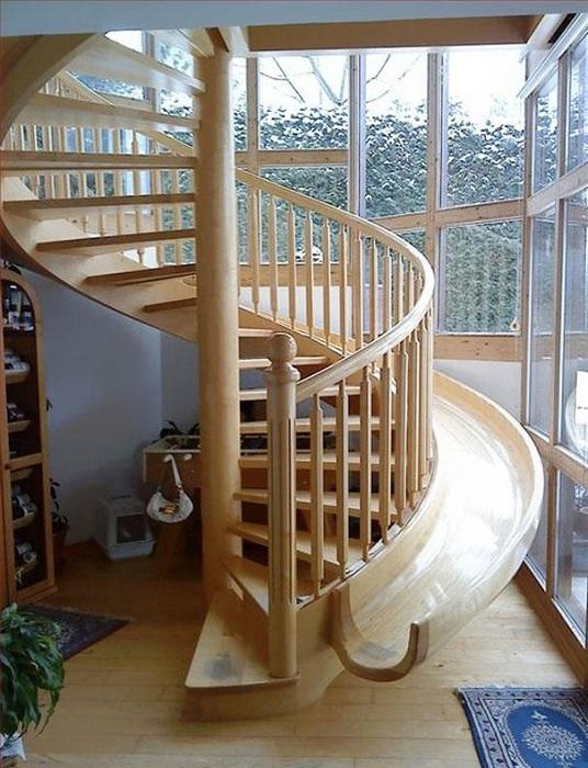 Обустроить интересным образом дом возможно благодаря оформлению его при помощи спиральной лестницы.