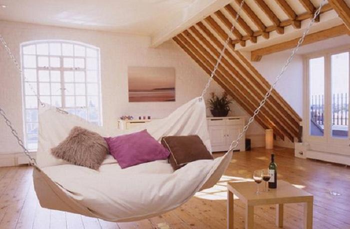 Интересный вариант оформить интерьер комнаты при помощи закрытого гамака, что понравится точно.