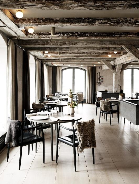 Современная скандинавская кухня и шикарные интерьеры из дерева для подлинного скандинавского обеда.