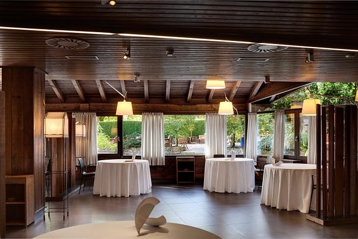 Mugaritz характеризуется своей раскошной обеденной зоной с выходом на большой внутренний дворик, чтобы насладиться любимыми напитками.