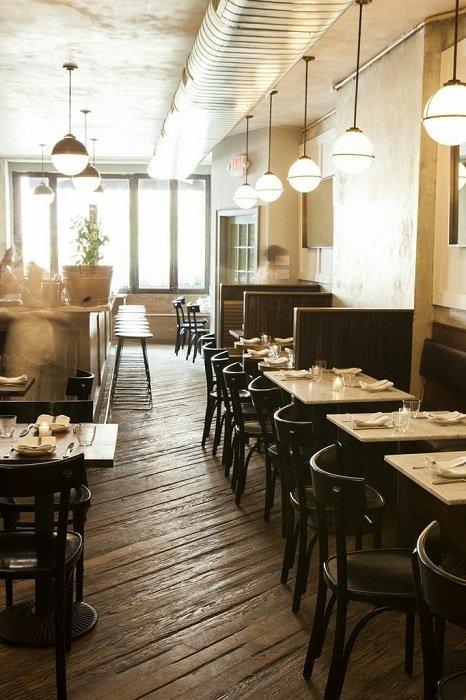 Непринужденная закусочная в Нью-Йорке предлагает приятную атмосферу с большим количеством естественного освещения в кантри-стиле.