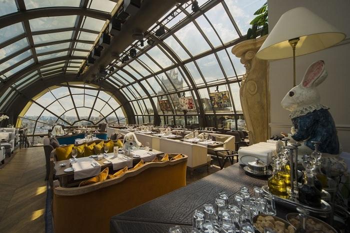 Куполообразный стеклянный потолок освещает и открывает потрясающий вид и создает превосходную атмосферу.