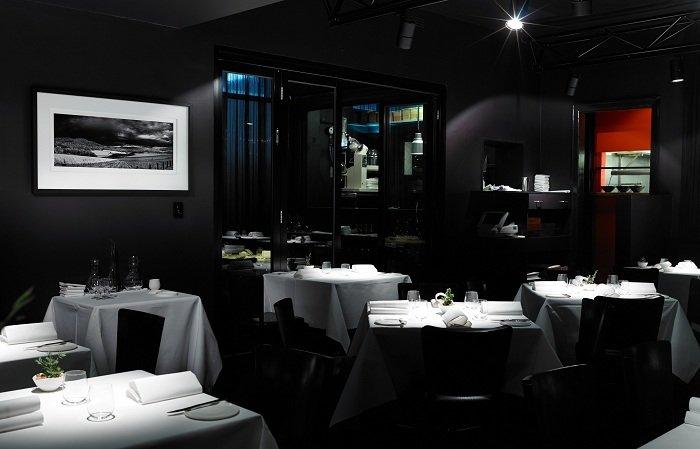 Интересная атмосфера, мягкое освещение и романтическая атмосфера создают еще более персонализированный интерьер в ресторане.