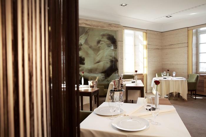 Этот классический ресторан изысканной кухни с элементами модерна, с минималистскими вазами с цветами на каждом столе.