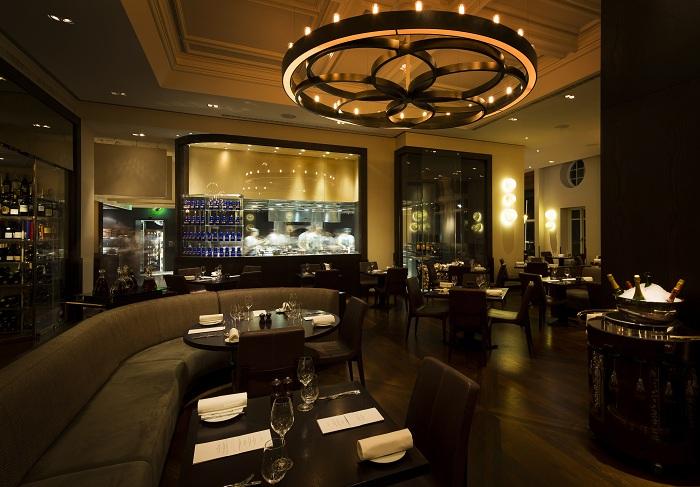 Гладкий и знойный интерьер и редкое освещение сделает любую трапезу в Лондоне в Dinner by Heston Blumenthal незабываемой.