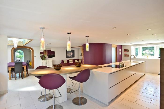 Уютная кухня в лиловых оттенках очаровательно впишется в обстановку дома и подарит только положительные воспоминания и впечатления.