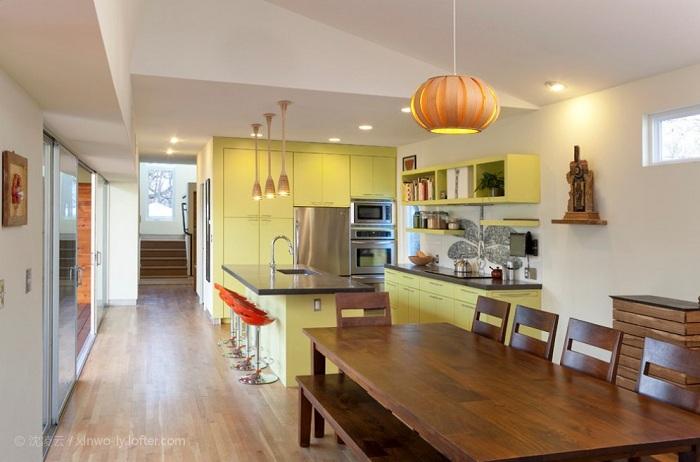 Лимонный цвет в оформлении кухонного гарнитура прекрасно сочетается с цветом корицы и производит незабываемое впечатление о такой прекрасной кухне.