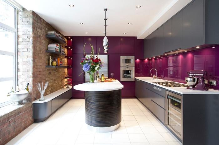 Отличное сочетание фиолетовой мебели с коричневым и белым не оставит равнодушным никого. По-особенному весенняя обстановка такой кухни положительно влияет на настроение.