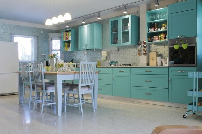 Кухня в мятных цветах с примесью сероватых оттенков создает впечатление о том, что это место создано для того чтобы пить мятный чай.