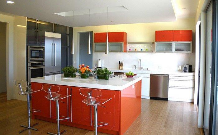 Прекрасный яркий интерьер кухни в алых тонах оставит необычное настроение и дарит чувство утонченности и легкости.