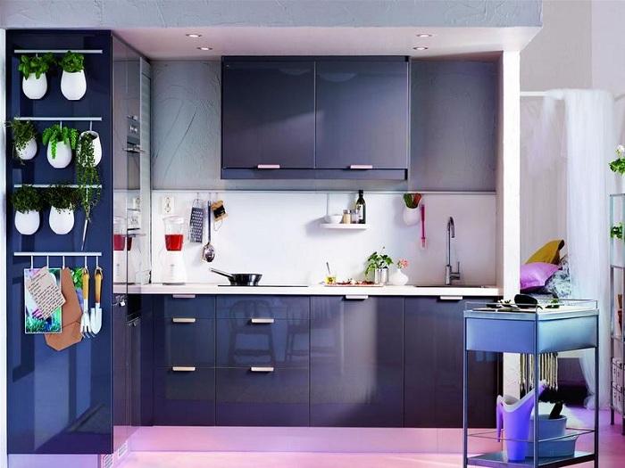 Фиолетово-синие оттенки кухонного гарнитура идеально впишутся в квартиру и предадут ей свежести и привлекательности.