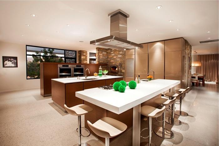 Прекрасная кухня в коричнево-белой палитре.