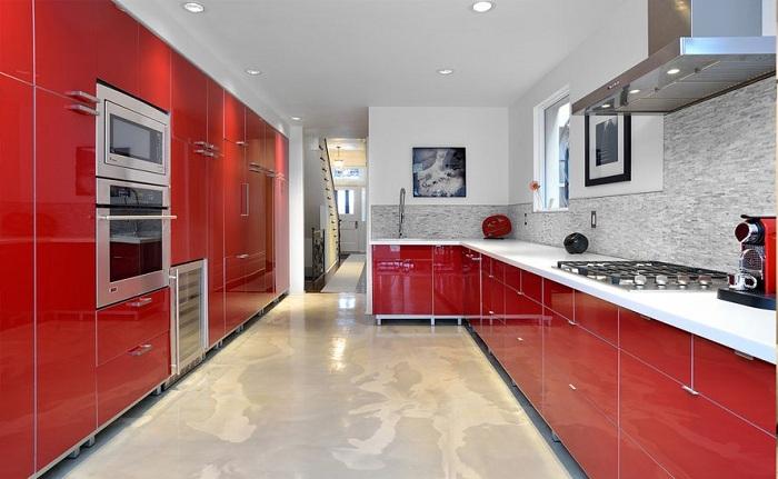 Вишневая палитра в оформлении кухонного гарнитура - яркое и необычное решение для уверенных и независимых людей с определенным вкусом и тягой к прекрасному.