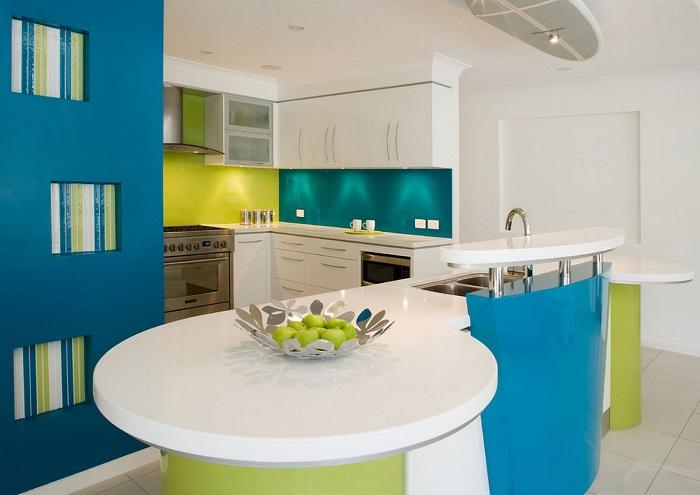 Символичные яркие цвета в оформлении кухни придется по вкусу ярким личностям с чувством юмора и возможностью и желанием развиваться.