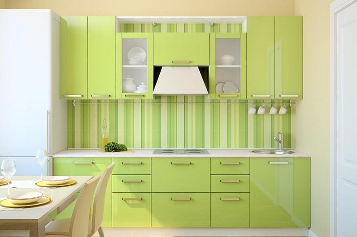 Яркий и притягательный цвет кухонного гарнитура диктует просто шикарное настроение и правильно расстановленные акценты в симпатичной кухне.