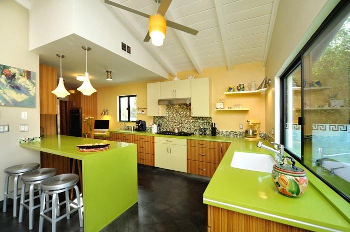 Прекрасное сочетание яркого салатового цвета с деревянными и металлическими элементами интерьера создает своеобразную атмосферу на кухне.