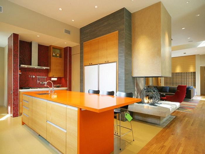 Легкая и светлая кухня оформлена с симпатичными нотками кокетства подарит хорошее настроение даже в непогожий день.
