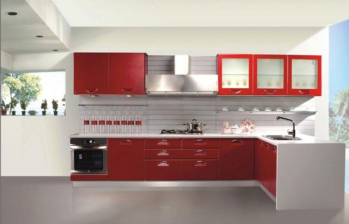 Кухонный гарнитур красного цвета в прекрасном сочетании с белым придает определенного искушения в рамках такой прекрасной обстановки.