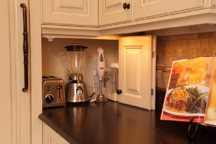 Оптимизация пространства на кухне при помощи удачного хранения кухонных приборов, что сэкономит пространство на кухне.