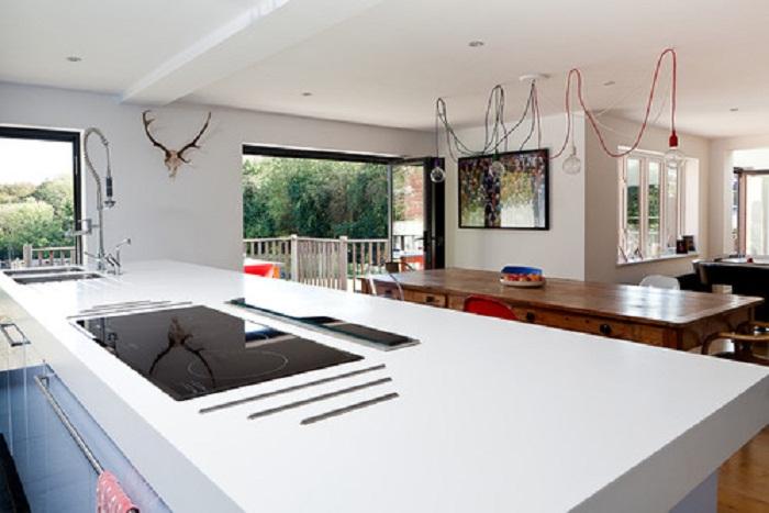 Интересная идея для оформления просторной кухни, что выглядит очень достойно и красиво.