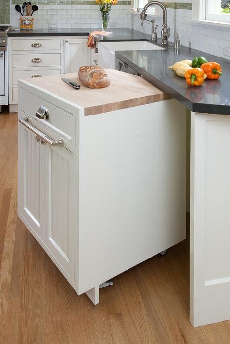 Крутое и креативное оформление выдвижной тумбы, что станет просто отличным решением для кухни.