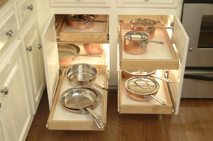Оптимальный интерьер кухни облагорожен благодаря отличной идеей для хранение сковородок и кастрюль.
