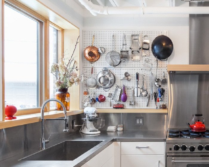 Идея для хранения кухонных предметов на стене, что станет не простым, но крутым вариантом для декора.