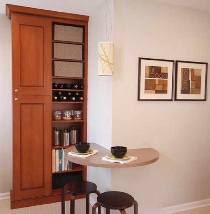 Прекрасный кухонный столик для двоих, что станет отличным вариантов для любой кухни.