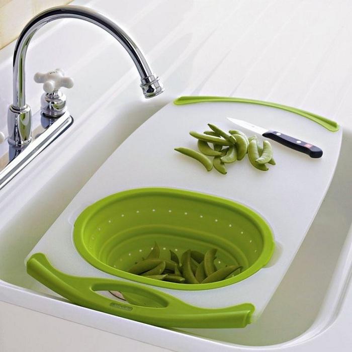 Совмещение раковины и разделочной доски, что станет вариантом сэкономить пространство на кухне.