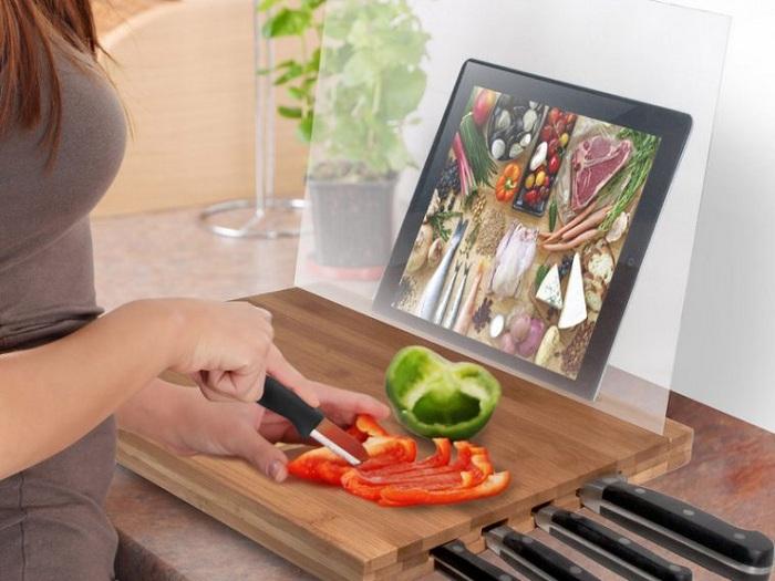 Удобный пример удачного обустройства рабочего места на кухне - доска с подставкой для планшета.