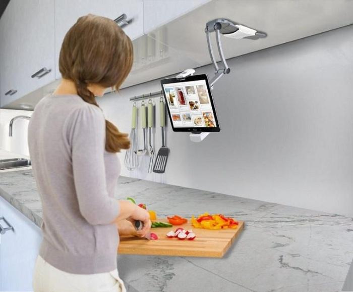 Современное дизайнерское решение для оформления места рабочего на кухне обустроенного подставкой для планшета.